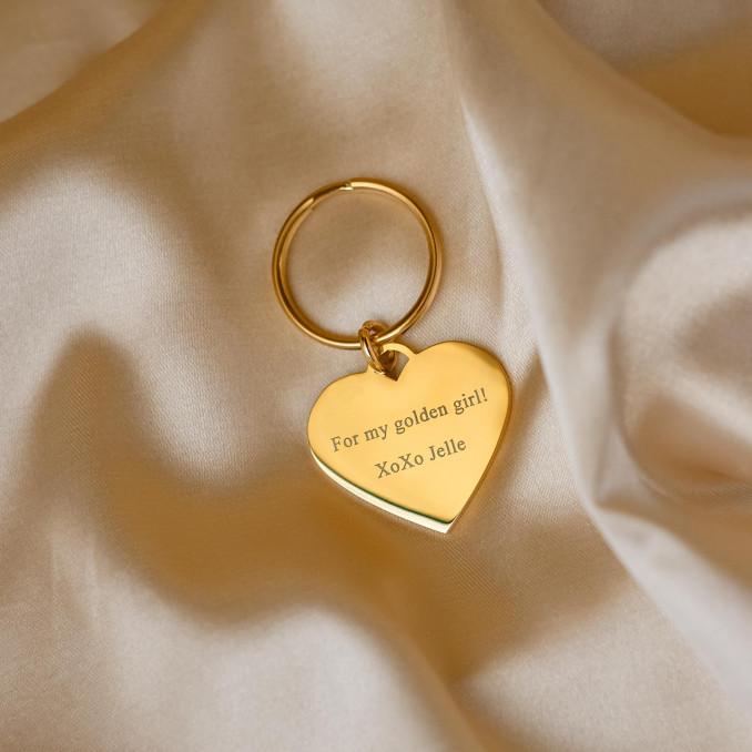 Gouden hartjes sleutelhanger met tekst op satijn