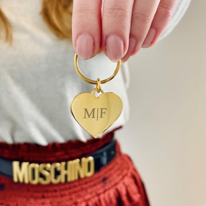 Vrouw houdt gouden sleutelhanger vast