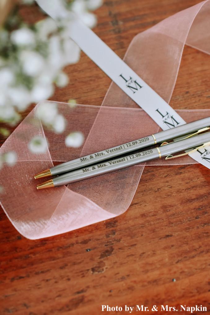 Twee gegraveerde pennen voor bruidspaar