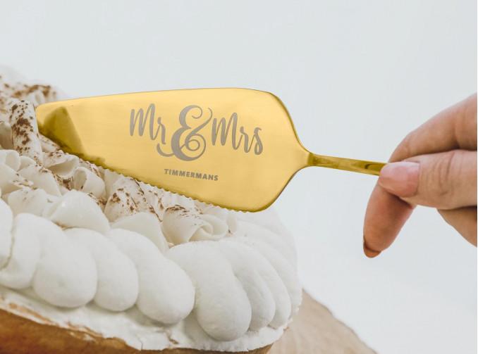 Gouden taartschep voor het bruidspaar om de taart aan te snijden