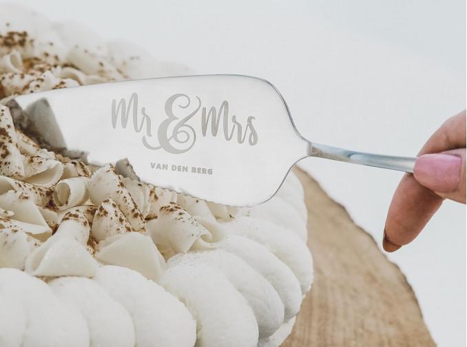 Zilveren taartschep voor het bruidspaar om de taart aan te snijden