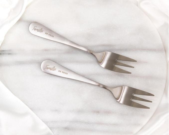 Graveerbare gebaksvorkjes in het zilver met familie naam