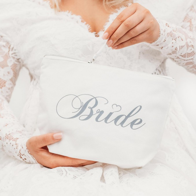 Mooie witte toilettas voor de bruid