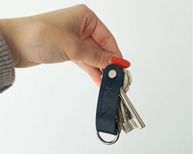Leren sleutelhanger hangt aan sleutelbos