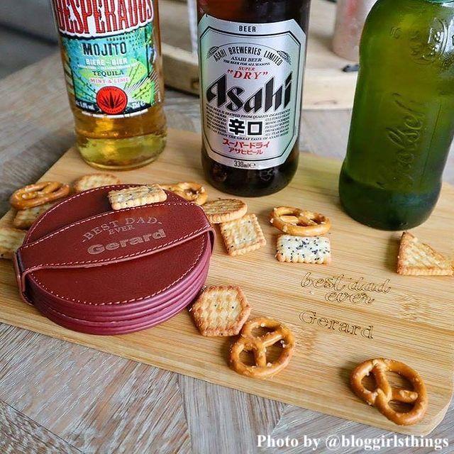 Mooie gepersonaliseerde serveerplank en onderzetters met eten en drinken