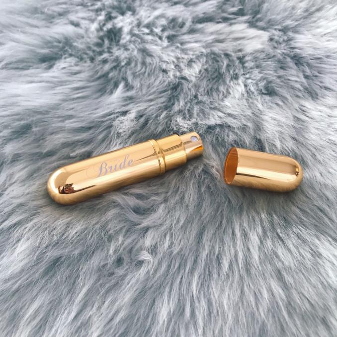 Gouden parfumverstuiver open op vachtje