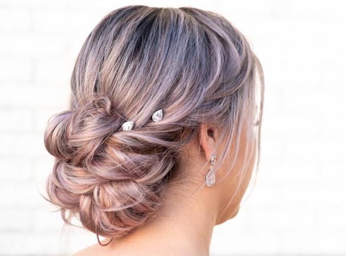Haarpinnen bij blonde vrouw bruid