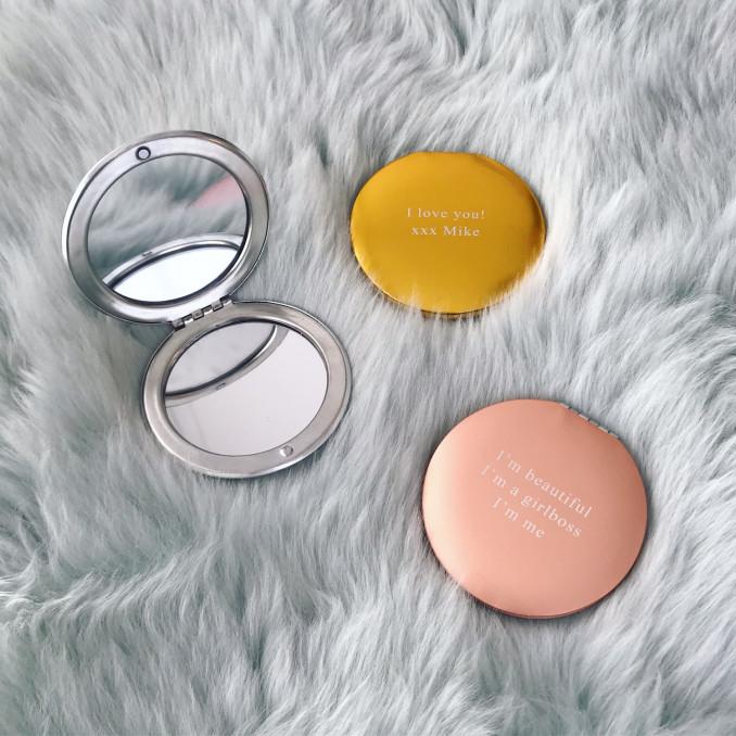 Drie kleuren graveerbare spiegeltjes op vachtje