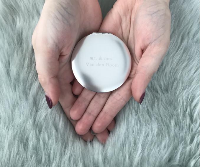 Handen met graveerbaar zilveren spiegeltje