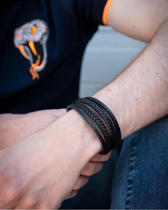 Leren heren armband met namen in de kleur zwart om pols