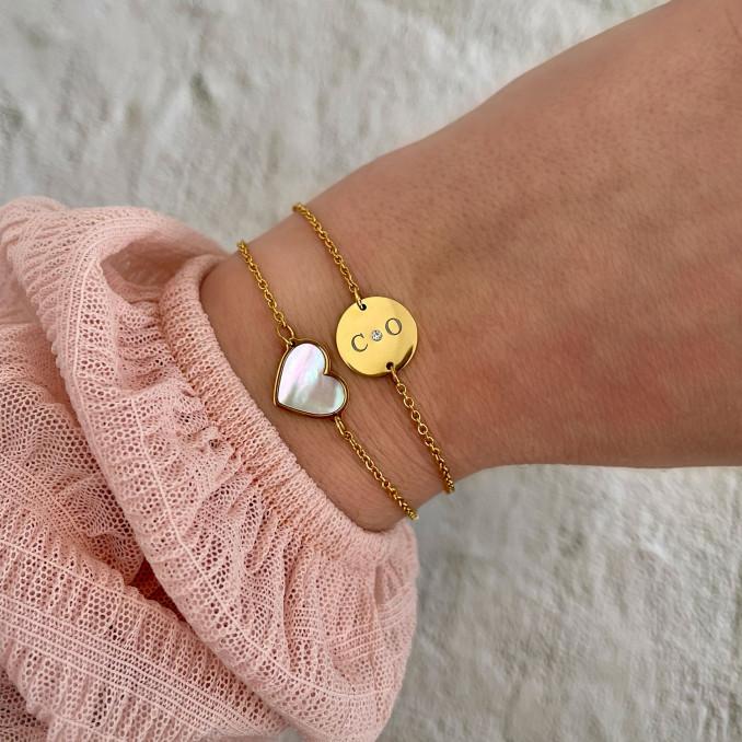 Gouden sea shell armband gecombineerd met twee initialen armband
