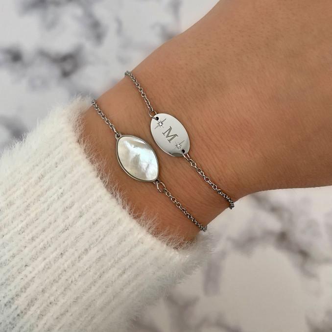 Mix van sea shell armband samen met initial armband