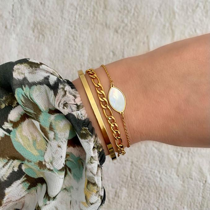 Vrouw draagt armbanden mix met sea shell bedel