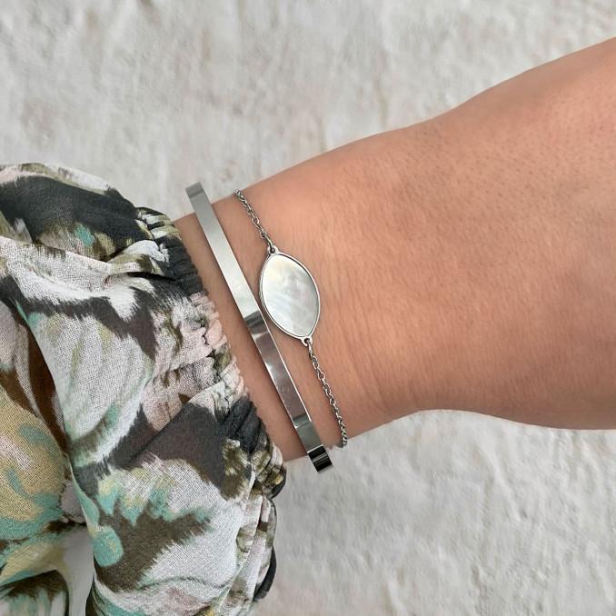Mix van zilveren armbanden met sea shell bedel