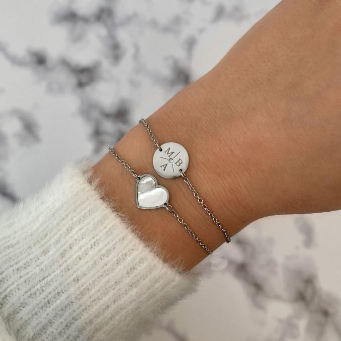 Zilveren sea shell armband gecombineerd met initial armbandje