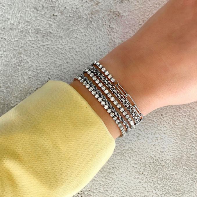 Tennis bracelets bij vrouw om pols