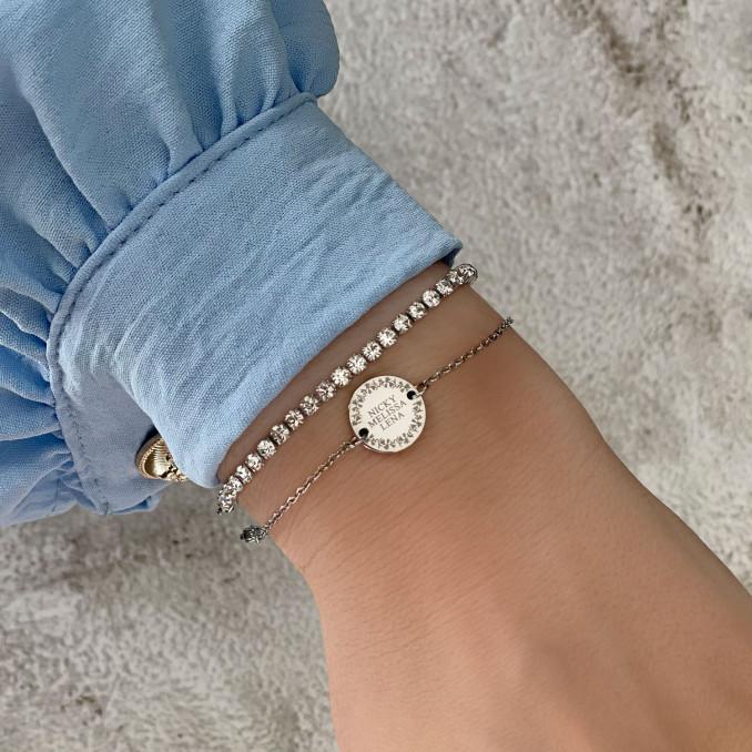 Zilveren armbanden om pols