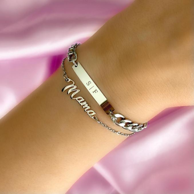 Zilveren mama armband om de pols van het model samen met een graveerbare armband