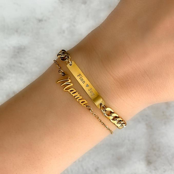 Mooie gouden armbanden om de pols van het model die je kan shoppen