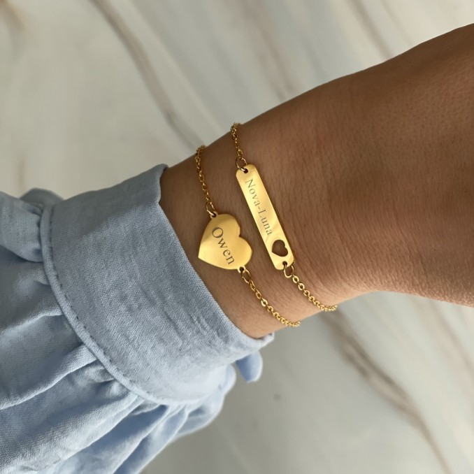 Gouden armbanden met gravering met blauwe blouse