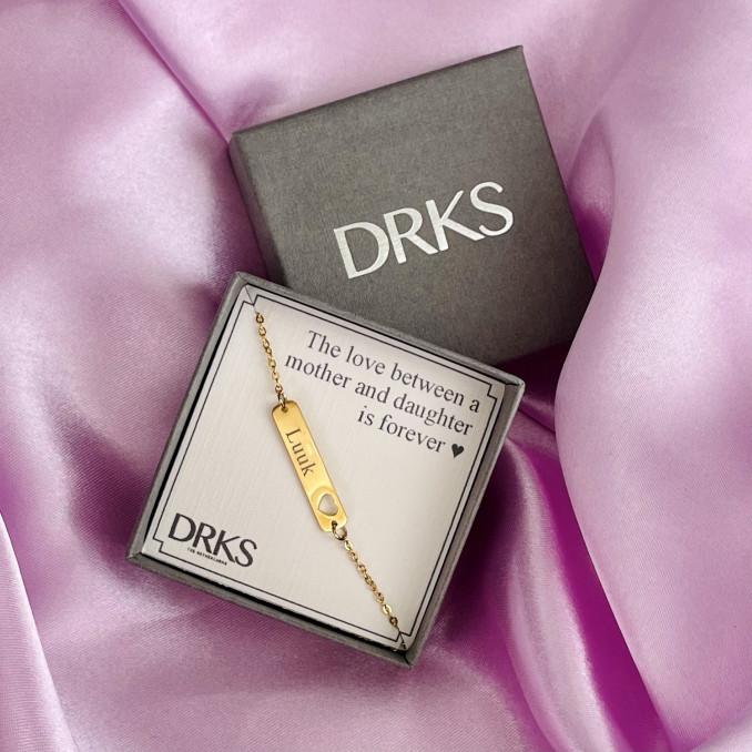 Gouden bar armband met naam in sieradendoosje