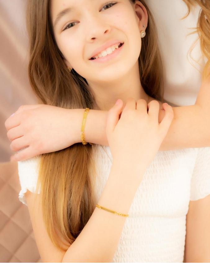 Moeder en dochter dragen mooie gouden armband met gravering