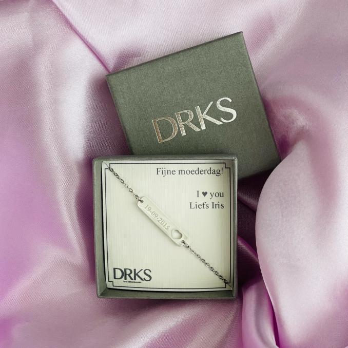Zilveren armband met naam in sieradendoosje van DRKS