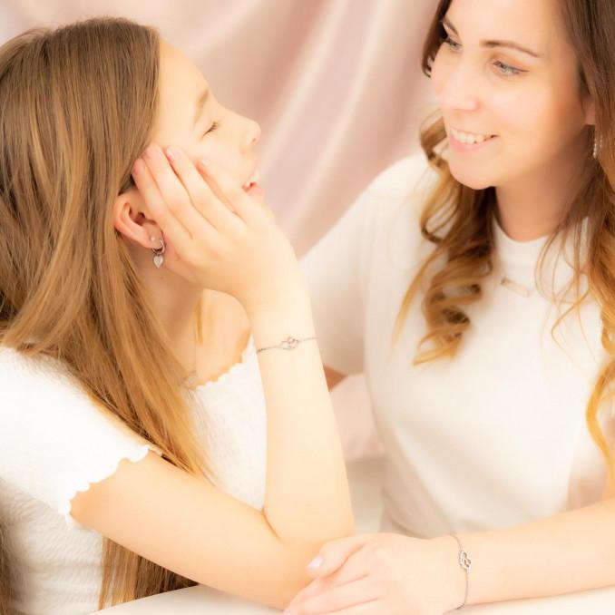 Moeder en dochter dragen zilveren hartjes armbandje