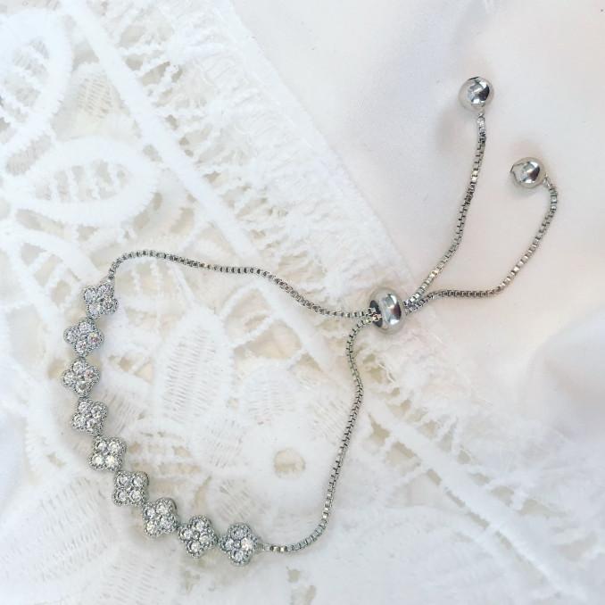 Klassieke armband voor de bruid op kanten kleedje