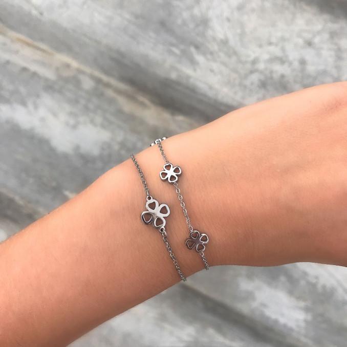 Klavertjes armband in het zilver met een andere armband met klavertjes
