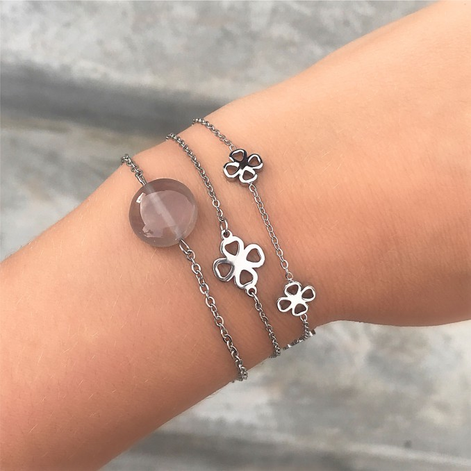 Zilveren klaver armband om de pols met een natuur steen