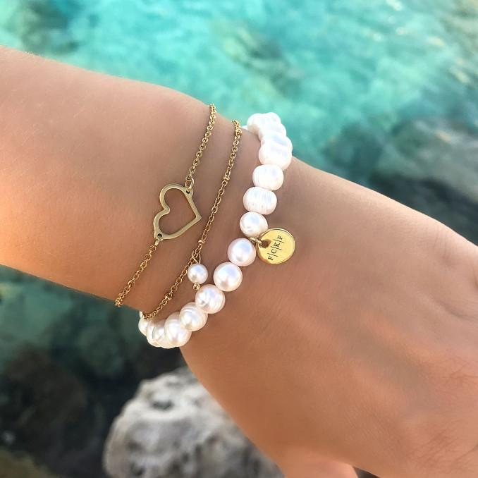 mooie armband met pareltje in de minimalistische stijl