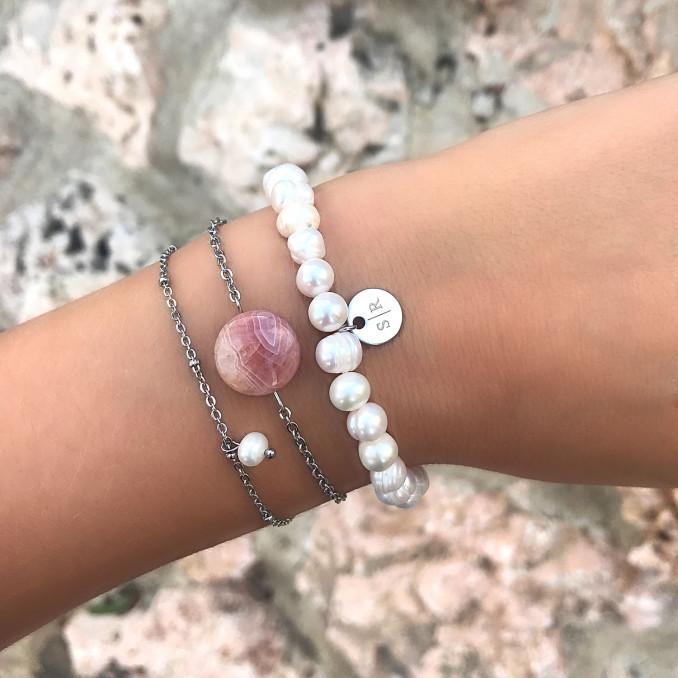 Mooie zilveren armbandjes om de pols met verschillende materialen