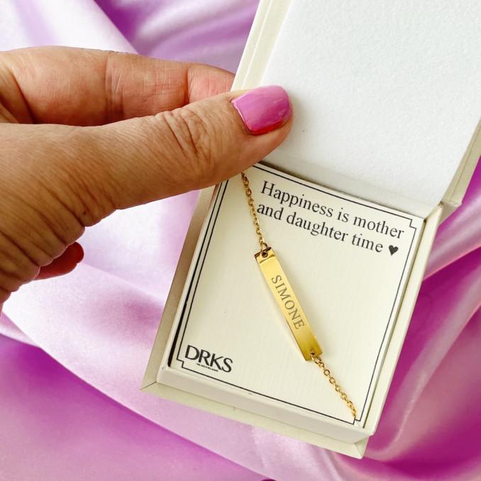 Gouden armband met gravering in sieradendoosje met tekst
