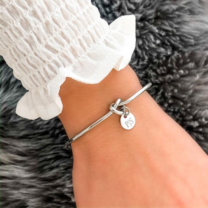 Zilveren armband met knoop voor om de pols voor een complete look