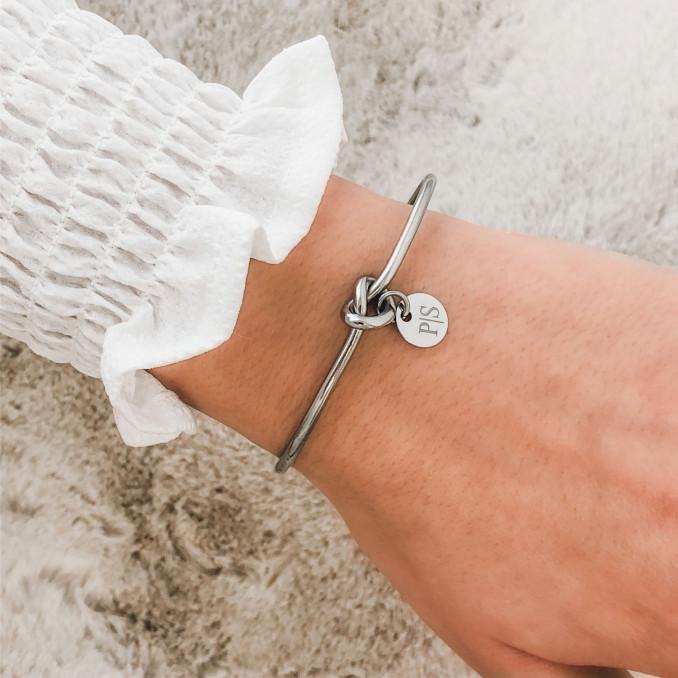 Leuke armband met een knoopje en een graveerbaar muntje