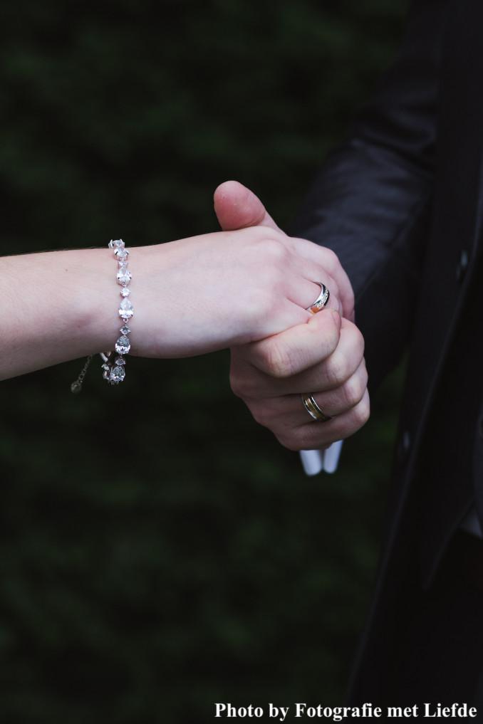 Bruid draagt armband met steentjes om pols