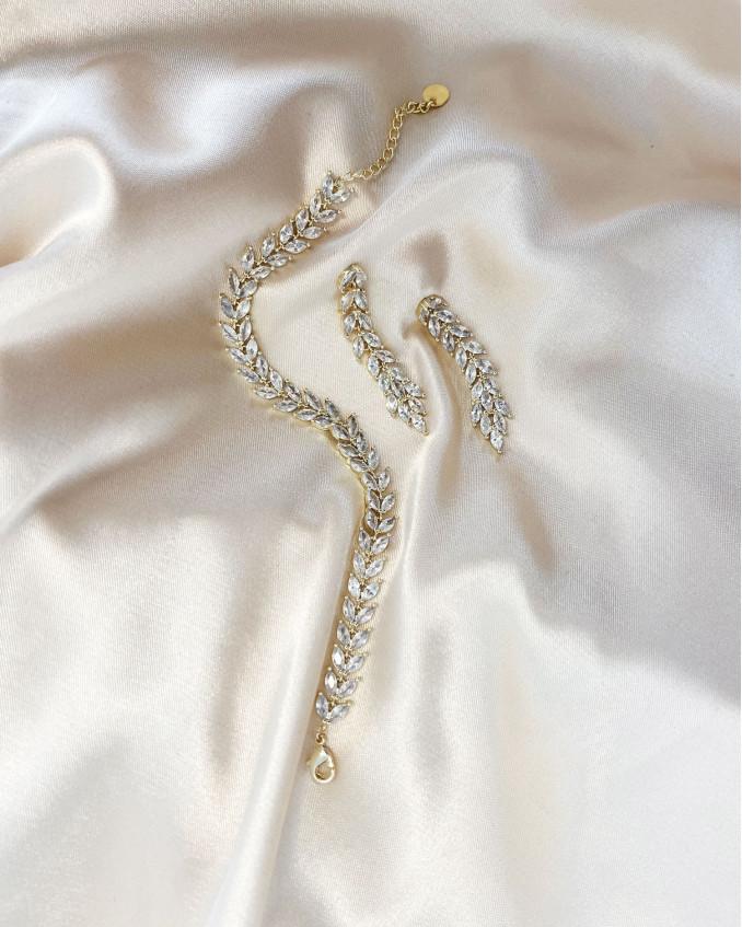 De bruidssieraden met steentjes zijn gemaakt van verguld goud