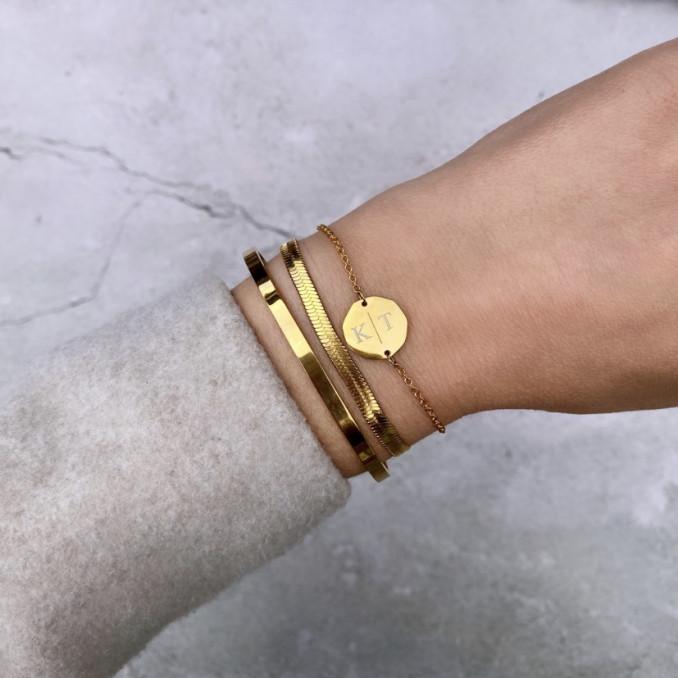 Gouden armbanden gecombineerd met wollen jas