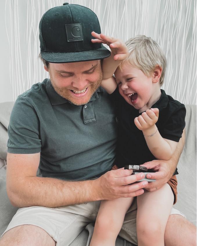 Zoontje geeft vader heren armband cadeau