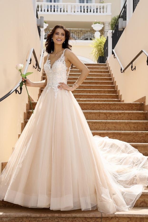 Bruid met luxe bruidssieraden op trap