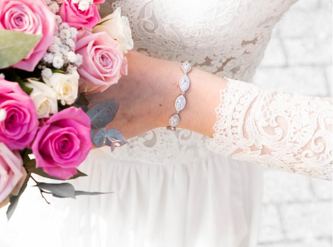 Vrouw met bloemen en zilveren bruidsarmband
