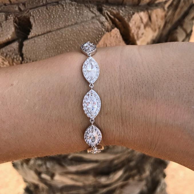 Bruid draagt luxe sparkle armband drks