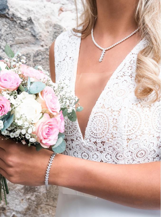 Bruid draagt de parelketting met hanger samen met elegance armband