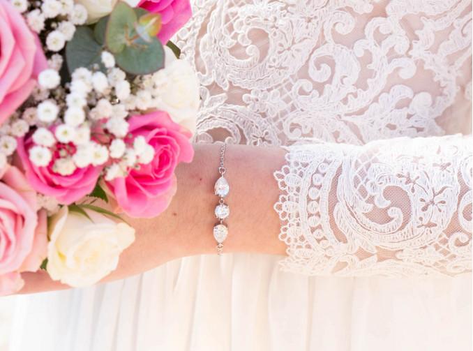 Vrouw met bloemen en de daily luxury armband VI