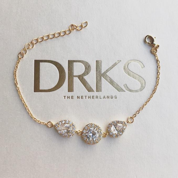 Gouden armband voor de bruid op sieradendoosje