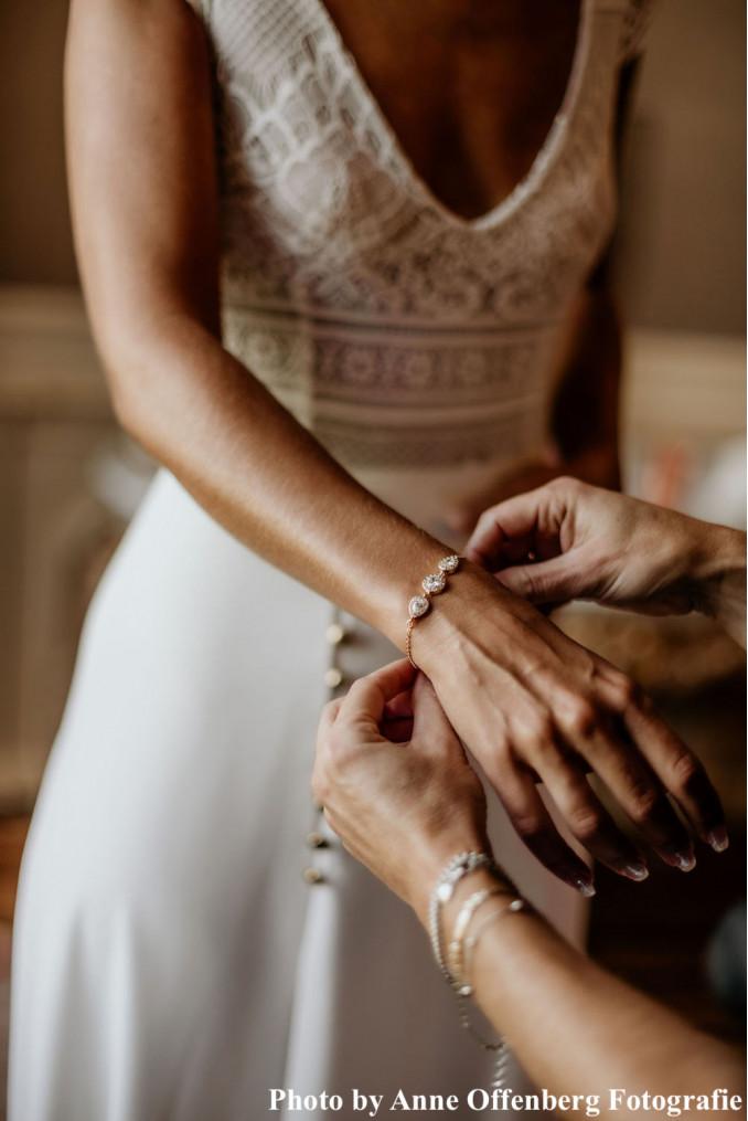 Bruid met daily luxury armband om pols