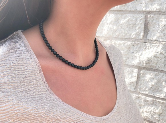 Feminine, classy necklace with black faux pearls from DRKS