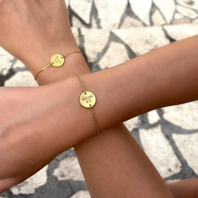 Vrouwen dragen graveerbare armband om de pols met een leuke gravering