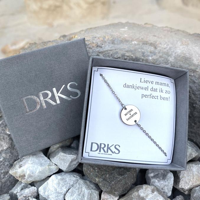 Mooie zilveren armband met gravering in een sieradendoosje